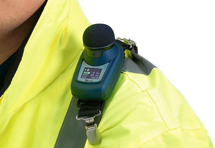 dBadge2 støydosimeter montert på skulder